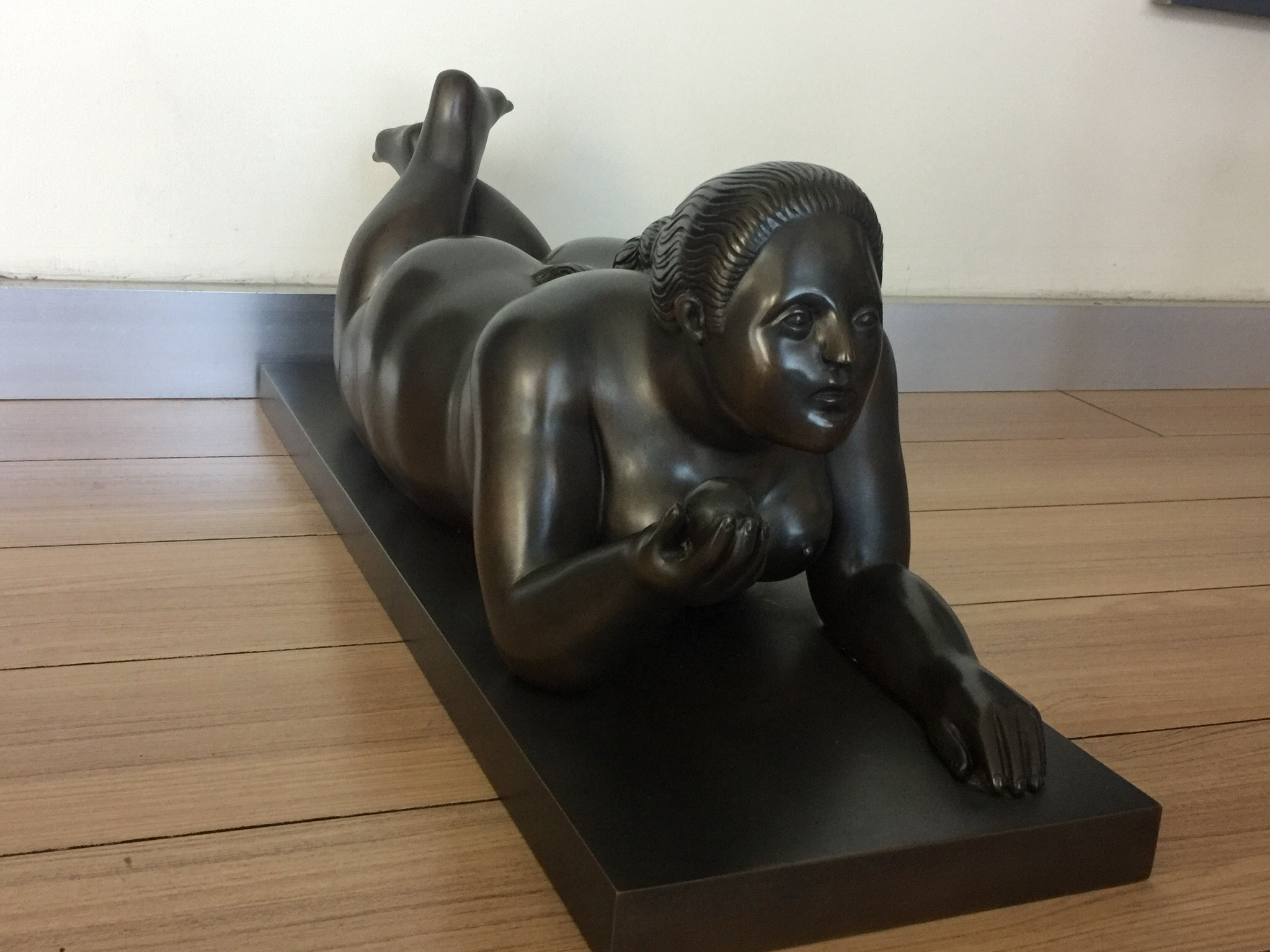 ''Reclining woman with fruit'', Tecnica: Bronce, Tamaño: 10 x 25.5 x 8.5 pulgadas, Año: 1995, Provenance: Private Collection Panama Yaco Garcia Arte Latinoamericano
